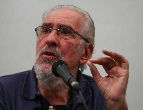 Atilio Borón llama a apoyar a Telesur ante la campaña de Guaidó para sacarla de la grilla de canales