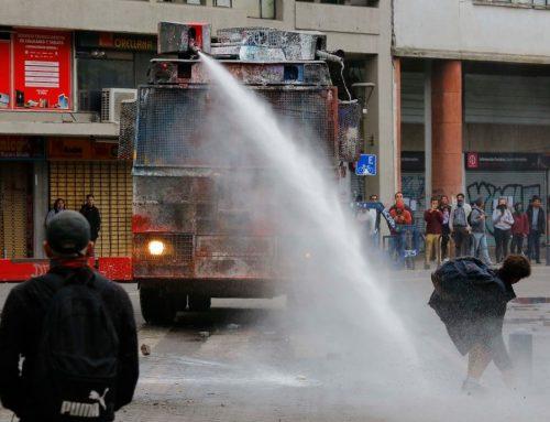 Piñera manda a reprimir a los manifestantes en Plaza Dignidad mientras envía un saludo en el Día de los Enamorados