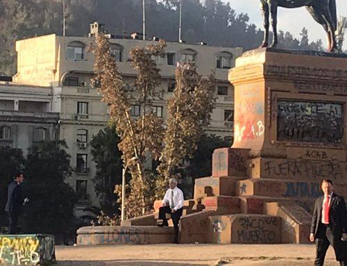 Piñera provoca, no respeta la cuarentena y hace el ridículo al tomarse fotos en Plaza Dignidad