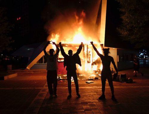 «Arde EEUU» tras el asesinato de George Floyd: Saqueos, comisaría en llamas y despliegue de la Guardia Nacional