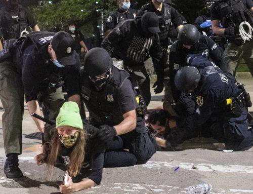 Trump amenaza con usar fuerza militar contra manifestantes; siguen las protestas y crece la represión