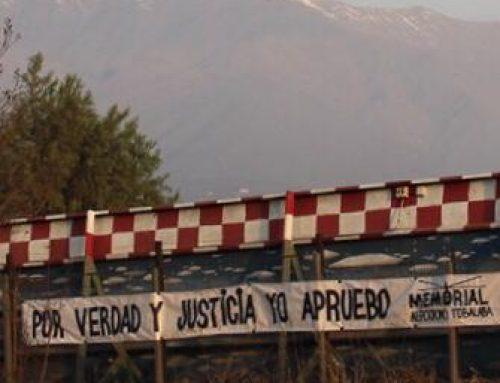 Organización instala lienzo por el Apruebo frente al aeródromo Tobalaba, salida de los vuelos de la muerte